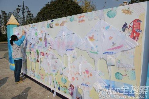 儿童绘画作品贴满幸福墙