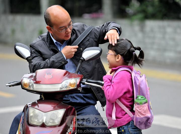 帮孩子背书包,催促孩子喝水