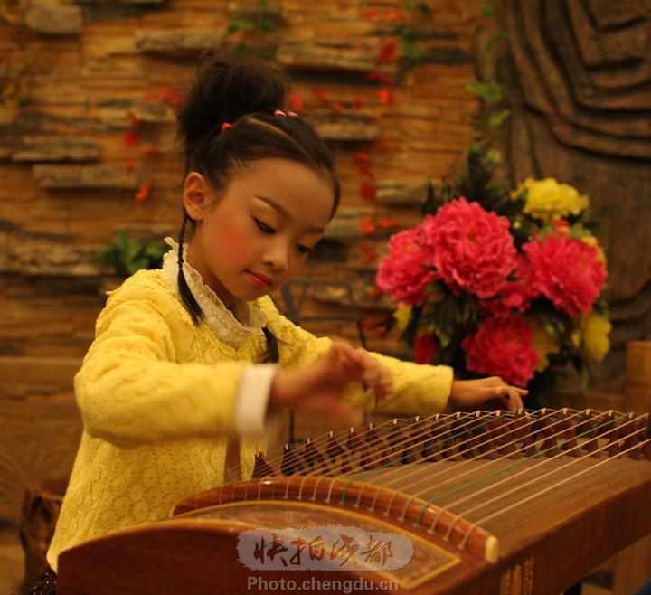 小女孩演奏古筝发型分享展示图片