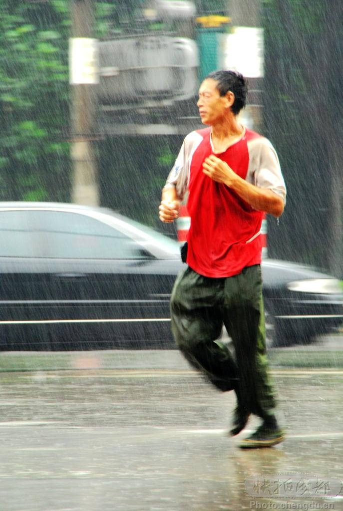 雨中奔跑卡通图片_女装